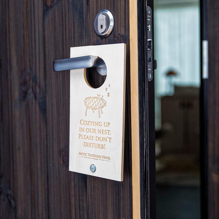 arctic treehouse hotel puinen ovikyltti 01