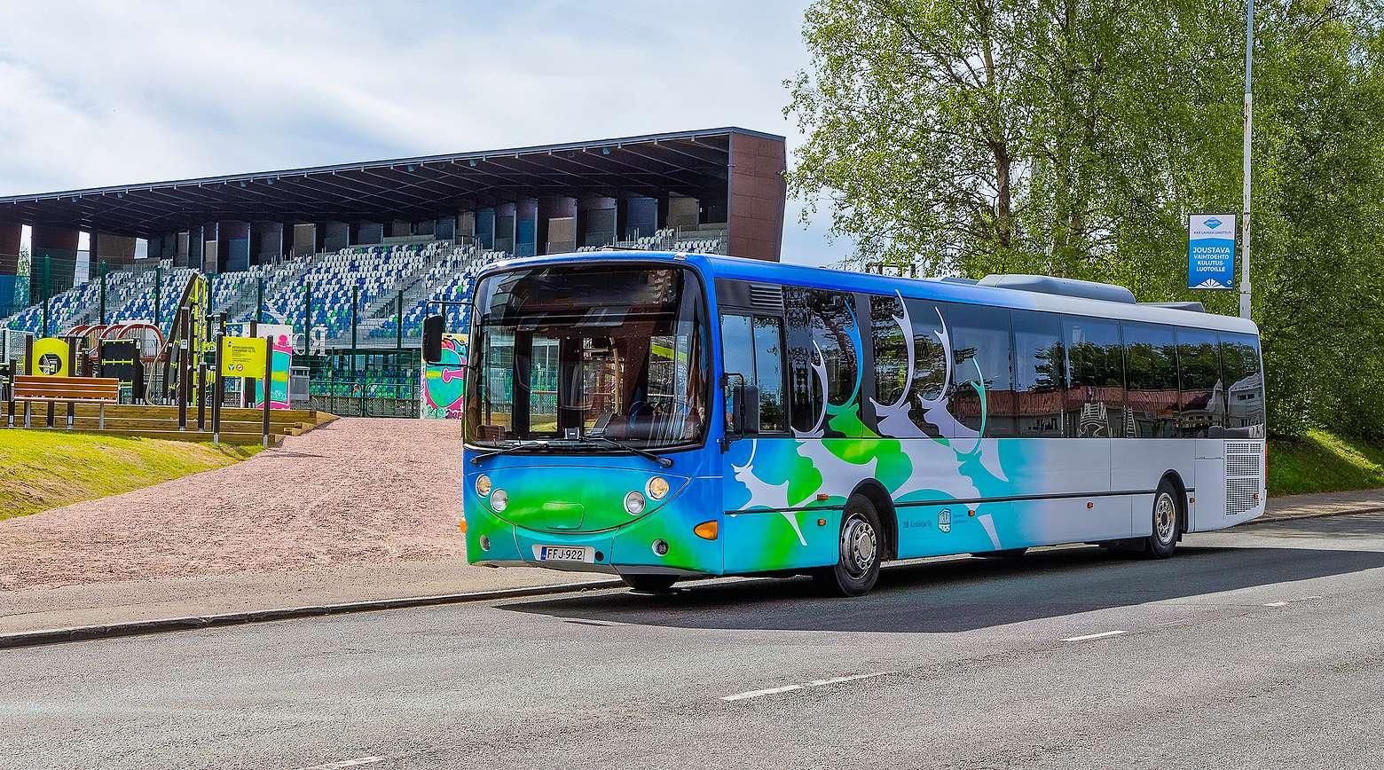 Linkkarin linja-autoteippaukset ovat visuaalisen ilmeen mukaiset.